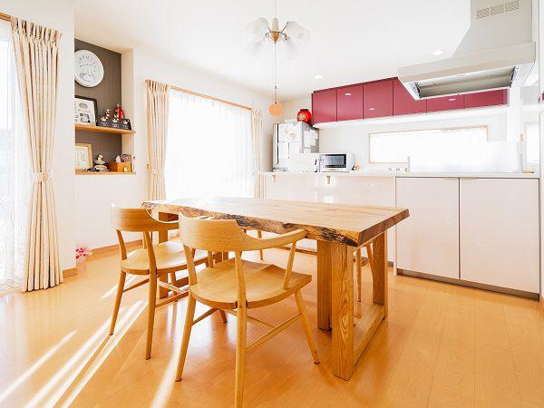 奥様のセンスが光る、かわいい色彩のキッチンとカップボード。 ピンクの濃淡をつけたところがとてもおしゃれです。