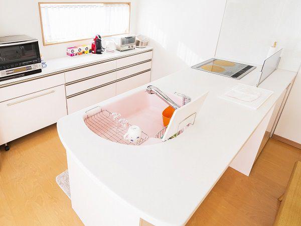 シンクの色もピンクにし、台所に立つのが楽しくなるキッチンに仕上がりました。