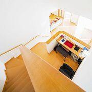 吹抜けとファミリーライブラリーとリビング。 1階と2階をつなぐ、ご主人お気に入りの空間です。