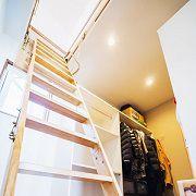 寝室につながったウォークインクローゼットには、屋根裏収納もあります。