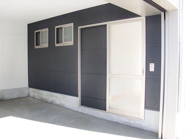 車庫から室内へ直接出入りできるように設計。天候に左右されずに安心です。