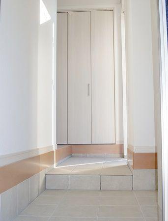 玄関収納を大きくとって、沢山の靴やアウターグッズも収納できます。