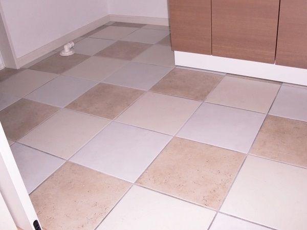 床暖房ならではの床タイル。水にぬれても安心。冬は暖かく、夏はひんやり床を体感できます。