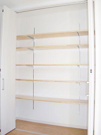 既製品の玄関収納を採用するのではなく、クローゼット扉に可動棚を設置。奥様のブーツもらくらく収納。