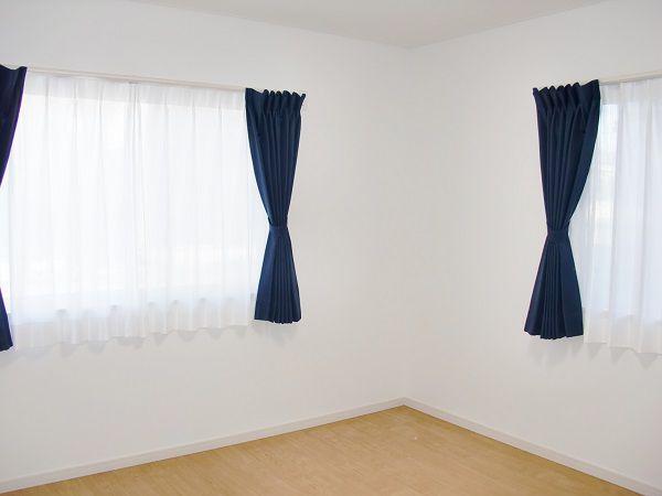 外観に合わせて、カーテンはシックに。