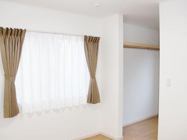 大きなウォークインクローゼットで部屋の家具配置をしやすくしています。