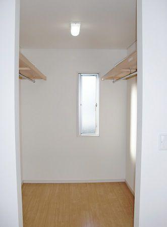 両側に枕棚とハンガーパイプを設置し、ご主人様と奥様の衣類を分けて収納可能です。