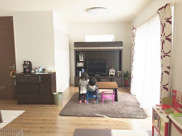 南側には大きな窓。日の光をしっかりと室内に取り込んでくれるので日中は電気をつけなくてもキッチンまで明るく、とってもエコ。TVボードの高さも考えて、上に窓を設けることで更に明るくコンパクトながらも開放的なリビングになりました。 ダイニングにも和室にも繋がっているので家族がどこにいても見えるので安心です。