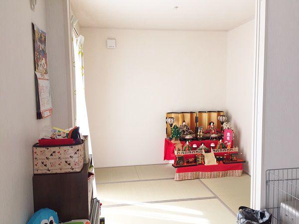 LDKに隣接させることで、普段はLDKと一体に使うことができ、必要なときには扉で間仕切れるように設計。 和室には押入れを設けゲストが来たときの寝具もしっかり収納できるようになりました。
