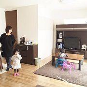キッチンにはお子様、リビングには子供たち。。。 ご主人様の指定席はダイニングだそうです。 TVも見れて、奥様ともお話できる機能的な?!ダイニング