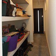 玄関奥にはアウトドア用品やDIY用品をしまえるスペースも確保しました。