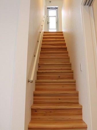 無垢材の階段は足にも良くなじみます。