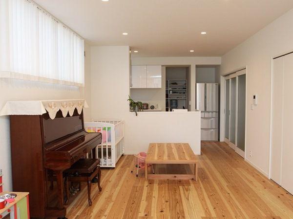 家族みんなでご飯を食べる場所には、床と同じ素材を使って大工さんが作ったテーブルも。