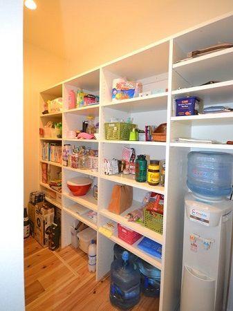 キッチン奥には収納たっぷりのパントりー。