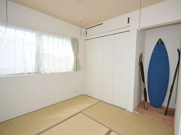 雨の日でもたっぷり干せる、室内干しを2組取り付けた和室。