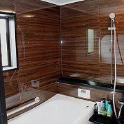 4面同色のブラウン木質系パネルにブラックを合わせた、高級感のあるとても贅沢なくつろぎの空間を演出しています。