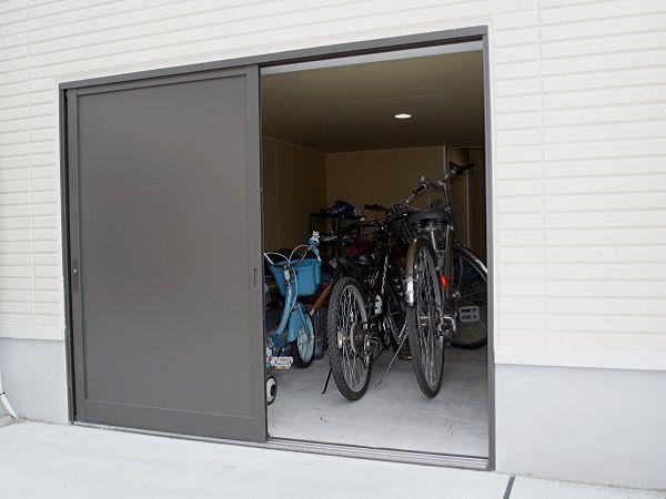 床下空間を利用した収納力抜群のスペース。室内からも出入りが可能です。階段下スペースを上手に利用することで、かがまずにスムーズに室内側から入ることが可能です。また室内側入り口は鍵付き断熱ドアを採用し、防犯面も安心です。