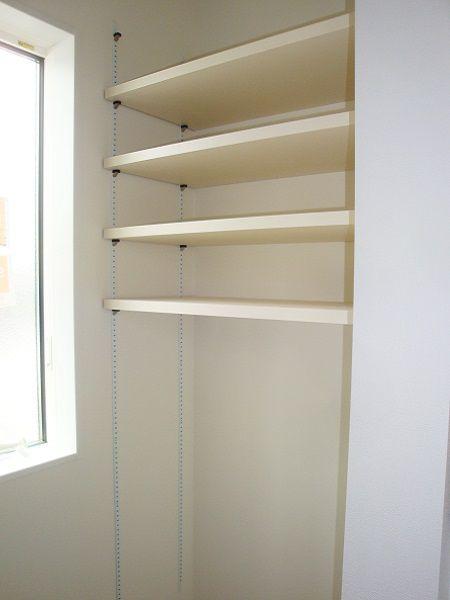ダーク木目調のキッチンとカップボードが、空間を引き締めています。キッチン横には、パントリーとミニ収納スペースがあり、奥様にうれしい造りとなってます。