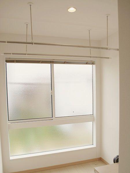 南向きの大きな窓で日差しをたっぷり取り込めます。雨の日も安心してお洗濯ものを干すことが可能です。