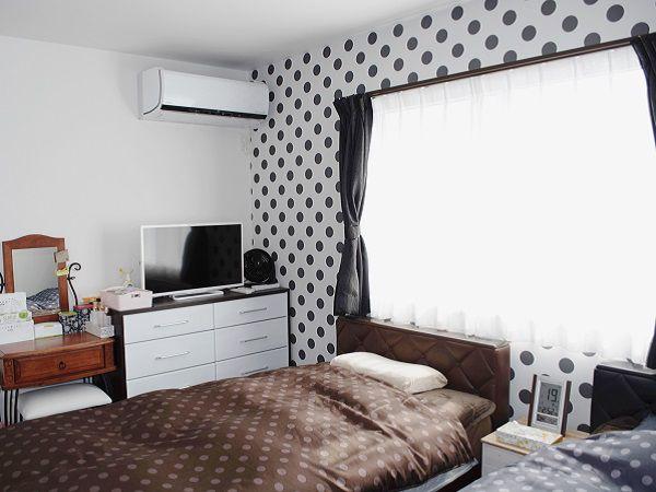 大きな水玉模様のクロスと2段連窓で可愛らしい雰囲気の寝室になりました。ウォークインクローゼット付きで収納力も抜群です。