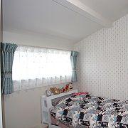 勾配天井と小ぶりな窓。そして白とピンクで彩られた色調が相まってとてもかわいいお部屋です。