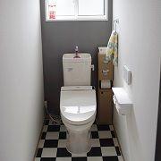 チェッカー柄の床と、アクセントクロスの絶妙なバランスが、空間にメリハリを与えています。