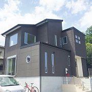 青空を仰げる3面吹き抜け窓のある開放感抜群の家