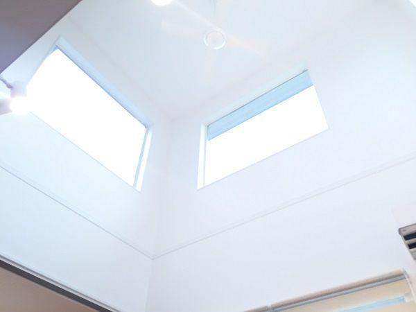 リビングと同じ大きさの吹抜けには、太陽の光をキッチンまで届けられるようにと大きな窓を2つを含む3箇所設置。晴れた日は照明をつけなくても良いほど明るいLDKです。