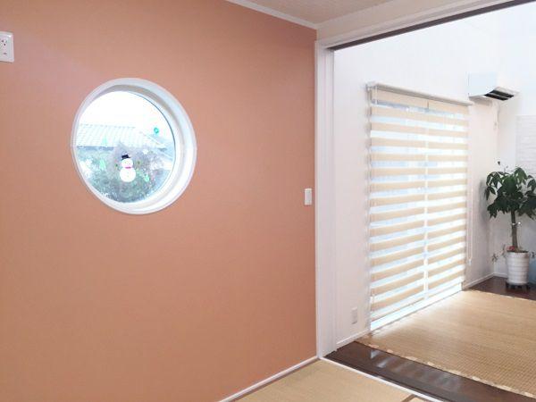LDKに隣接するのはモダンな和室。縦長のスリット窓や丸窓がとても印象的です。3枚の建具で仕切ることもできるのでゲストルームとしても活用できます。