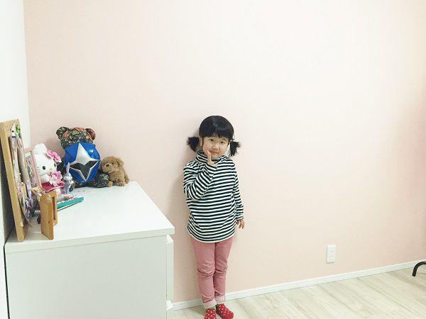 リビング階段を上がると、寝室を含む3つの居室。柔らかなピンクとグリーンの壁紙を一面のみに使用し、さわやかで飽きの来ない空間に仕上がりました。