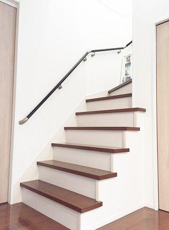 リビング階段や壁の厚みを使ったニッチはシンプルに仕上げ、フォトフレームなどで装飾。家族の絆が深まるスペースになりました。