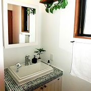 無垢の木を使用した洗面化粧台。優しさと「木」のぬくもりをふんだんに感じれる空間。  タイルは、美濃焼で美しい質感と色合いが印象的です。