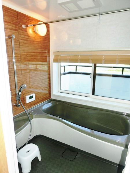 2階に設けたバスルームは外の景色を眺めながらくつろげる空間。  ゆったりとリゾート気分が味わえます。