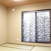 側面、天井の壁紙を和風にして、カーテン照明もこだわり、昔ながらの和室空間に