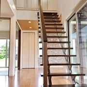 玄関ホールからLDKへ入ると、まず最初にスリット階段がお出迎え。かっこいいだけでなく、開放感も出してくれ、存在そのものがインテリアの様です。