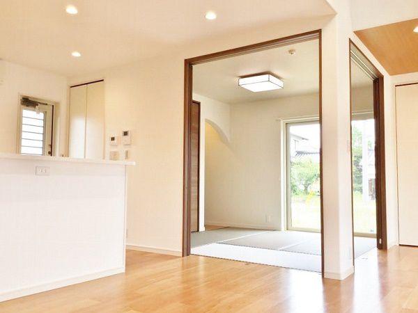 リビングダイニングに隣接する和室はキッチンからもすぐアクセスできるので子育てママにはピッタリ。扉を閉めれば空間を区切ることもできるので、来客時や赤ちゃんが寝た時にも便利です。