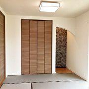 グレーの畳や床の間のアクセントクロスでモダンな和室になりました。押入はクロゼットドアにすることで開口が広くなり布団の出し入れもしやすくなります。