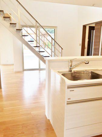 キッチンは木目調で、清潔感のあるホワイトに。キッチンは1階の中心にあるので、お子様たちがリビングにいる様子やテラスで遊んでいる様子、階段から降りてくる様子、パパの帰りなどここから目が行き届きます。