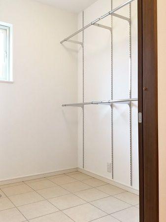 脱衣場には乾燥スペース。洗面台を廊下へ出したことで、広めにとることができました。