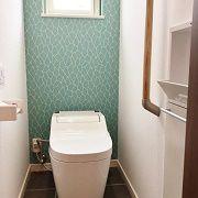 トイレはグレーのタイルやブルーのアクセントクロスで、シックで印象的な空間になりました。