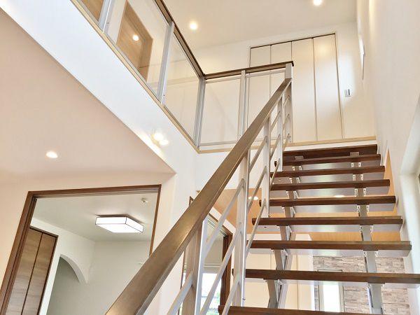 広い吹抜空間です。2階の廊下へ続く手摺も透明のアクリルパネルにしたことで、さらに広々と感じる空間になりました。