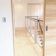 南から明るい日の入る2階廊下。透明のアクリルパネルから下をのぞき込みたくなりますね。