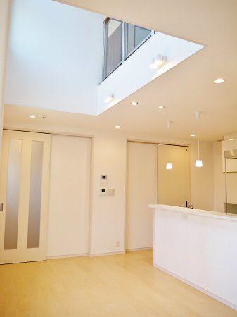 1階と2階をつないでくれる吹抜が、家族の一体感を生み出してくれます。キッチンの横には脱衣場があり、家事動線もばっちりです。