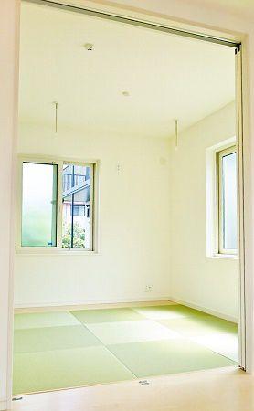 リビングには和室が隣接しています。室内物干しができる金物や、押入もしっかりあります。