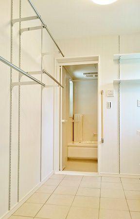 脱衣室には物干しスペースも充分にあります。タイルが標準仕様なので、掃除もしやすく、床暖房で冬も暖かく過ごせる場所です♪