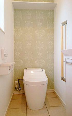 トイレはグリーンのアクセントクロスがおしゃれで和やかな空間になりました。