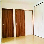 2階はホールのある広々とした空間になっています。写真の二つの扉は子供部屋です。