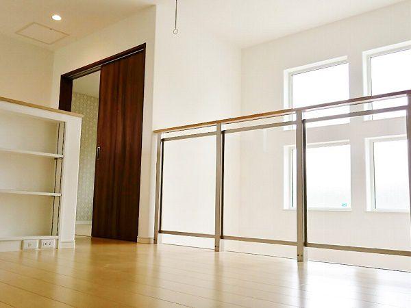 ミニキッチンの上にあるエアコンから吹く涼しい風が、この吹抜を通して1階へおりていき家中を涼しくしてくれます。高気密、高断熱なので家全体の涼しさがキープされます。