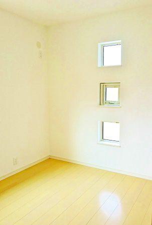 こちらは子ども部屋です。外観から見えたスクエアのカワイイ小窓はこの部屋のものです。