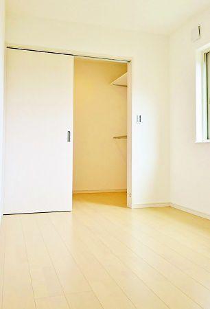 こちらはもう一方の子ども部屋。WICがあります。
